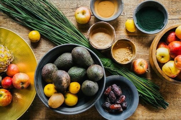 Früchte und arten über einem tisch, bereit für einen natürlichen und gesunden saft