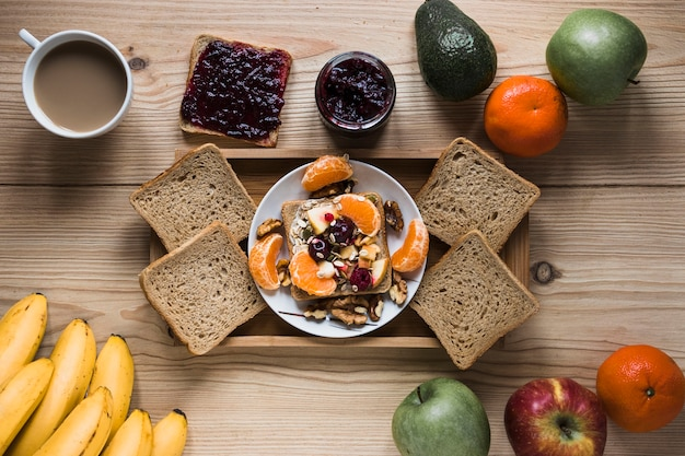 Früchte und kaffee um fach mit frühstück