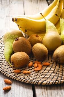 Früchte und mandeln auf hölzernem hintergrund