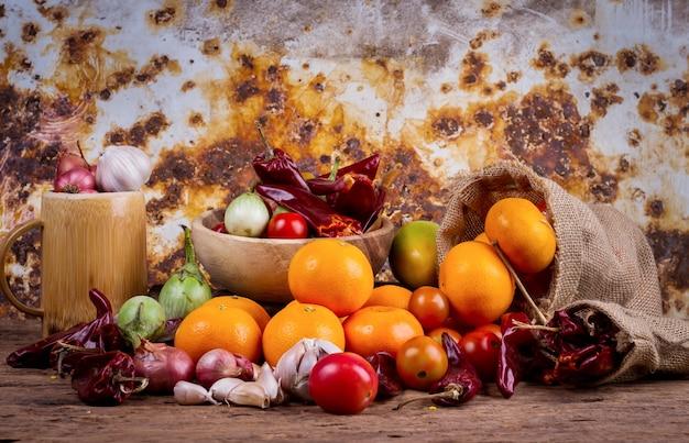 Früchte und mischgemüse auf altem holztisch
