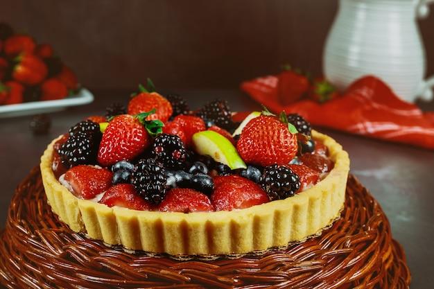 Früchtekuchen mit blaubeere, erdbeere und brombeere.