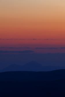 Früher morgen. morgendämmerung über den bergen des nordkaukasus in russland