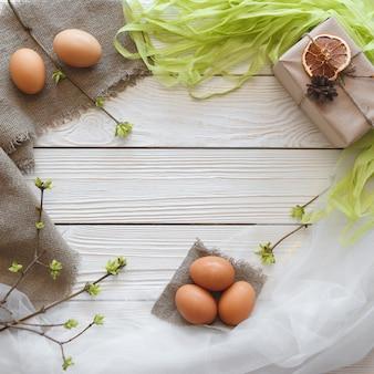 Frühjahr-ostern-zusammensetzung auf einem weißen hölzernen hintergrund.