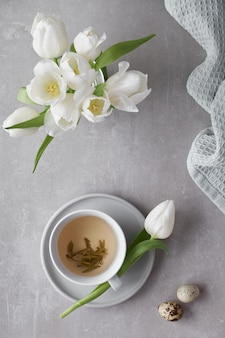 Frühling flach lag in pastellfarben, weißen tulpen und zucker ostereier auf hellem stein
