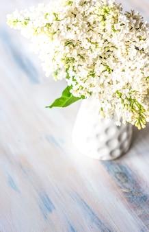 Frühling mit weißen lila blumen
