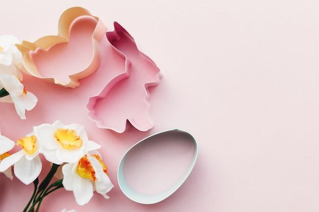 Frühling narzisse, hase, ei, vogel osterform zum backen. rosa hintergrund. hochwertiges foto
