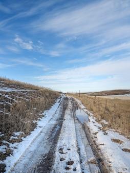 Frühling schmelzender schnee, unbefestigte straße, pfützen und schlamm. matsch.