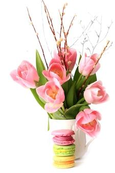 Frühling tulpen makronen dekoration auf weißem hintergrund