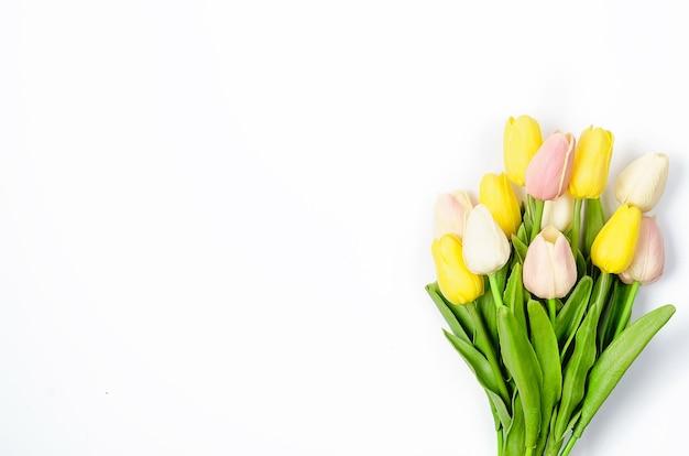 Frühlings- oder feiertagskonzept, ein strauß tulpen auf weiß