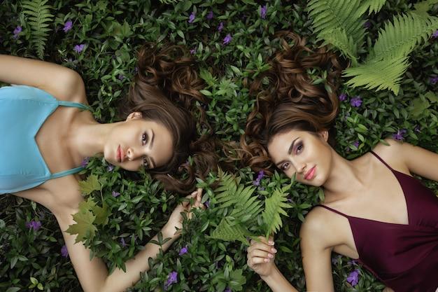 Frühlings-schönheits-porträt-foto von zwei frauen auf natur