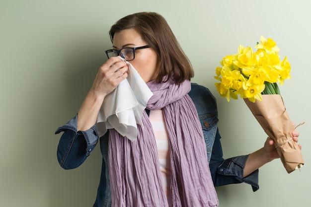 Frühlingsallergie gegen pollen. frau mit blumenstrauß