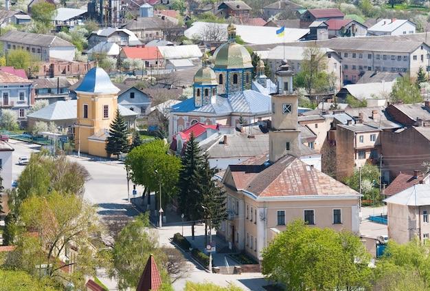 Frühlingsansicht der stadt terebovlya von festungsruinen (ternopil oblast, ukraine).