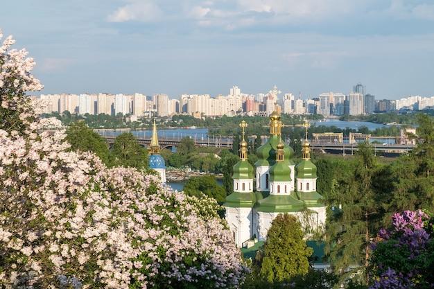 Frühlingsansicht von vydubychi-kloster und von dnipro-fluss
