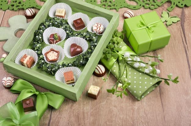 Frühlingsarrangement mit schokoladenpralinen