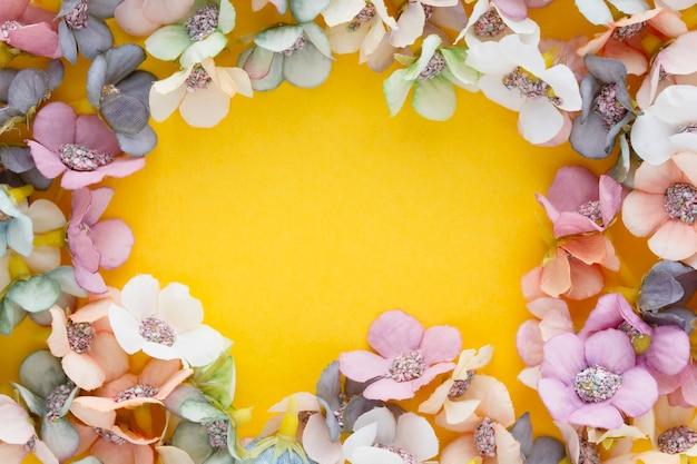 Frühlingsbanner mit gänseblümchen auf gelbem hintergrund mit kopienraum