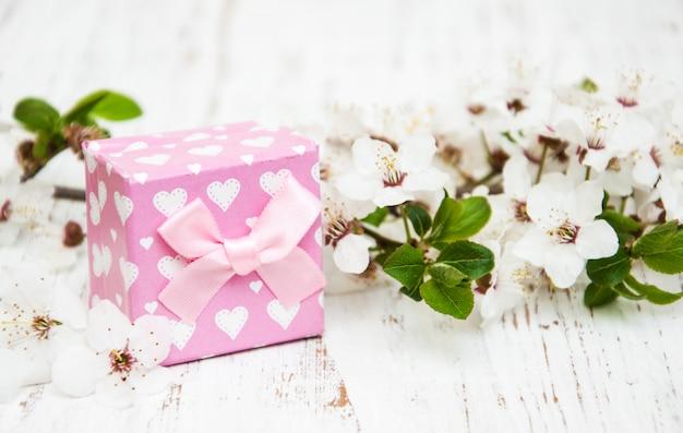 Frühlingsblüte und geschenkbox