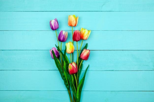 Frühlingsblume von multi farbentulpen auf holz