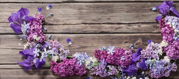 Frühlingsblumen auf altem hölzernen hintergrund
