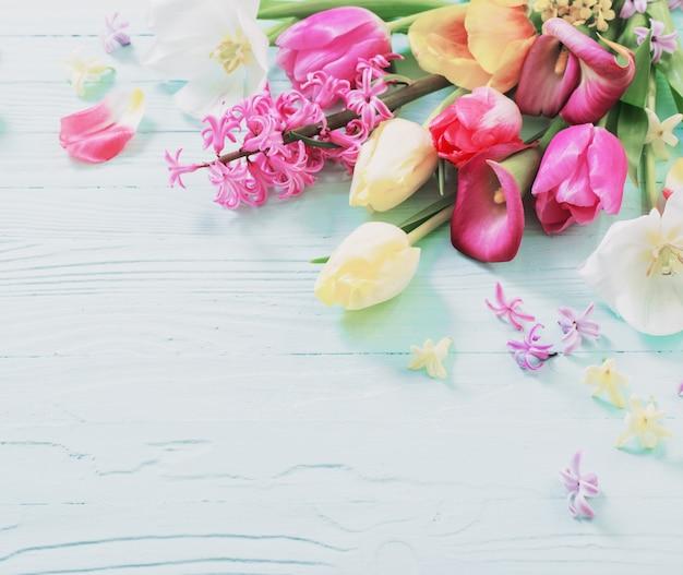 Frühlingsblumen auf blauem holzhintergrund