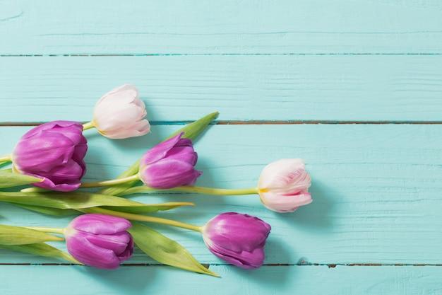 Frühlingsblumen auf blauem minzholztisch