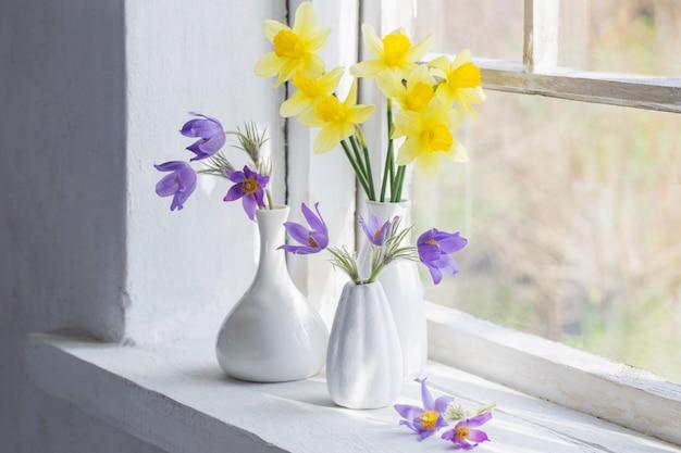 Frühlingsblumen auf der fensterbank