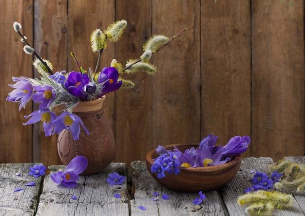 Frühlingsblumen auf dunklem holzraum