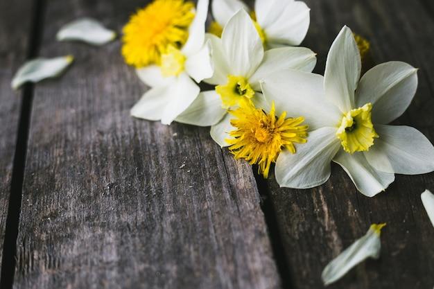 Frühlingsblumen auf einem alten hölzernen hintergrund