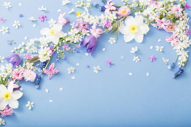 Frühlingsblumen auf papier