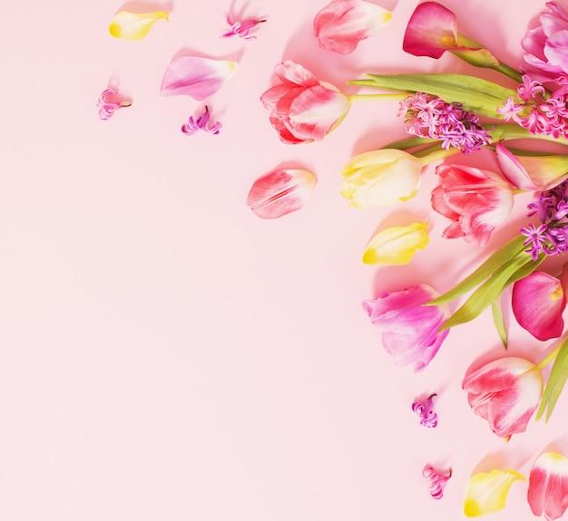 Frühlingsblumen auf rosa hintergrund