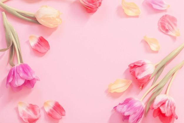 Frühlingsblumen auf rosa oberfläche