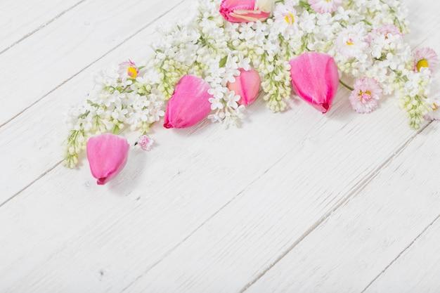 Frühlingsblumen auf weißem hölzernem hintergrund