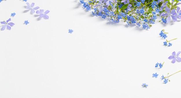 Frühlingsblumen auf weißer oberfläche