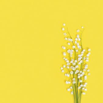 Frühlingsblumen blühen weiße maiglöckchen auf gelbem kleinen blumenstrauß
