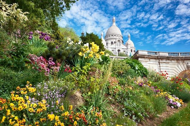 Frühlingsblumen im garten vor sacre coeur cathedral in paris