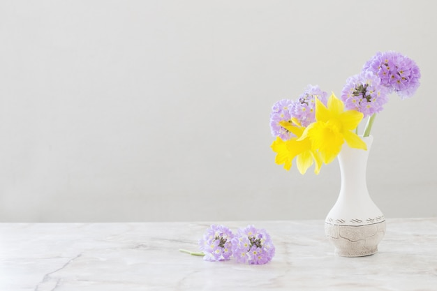 Frühlingsblumen in der vase auf marmortisch