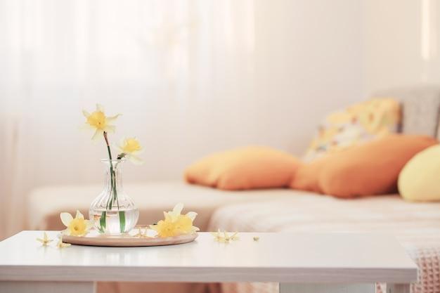 Frühlingsblumen in der vase auf modernem innenraum