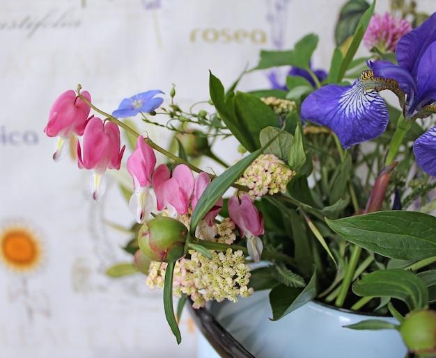 Frühlingsblumen in einer teekanne