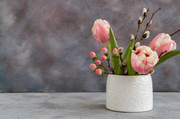 Frühlingsblumen in einer weißen vase