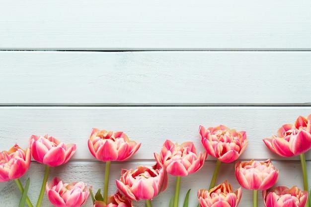 Frühlingsblumen tulpen auf holztisch.
