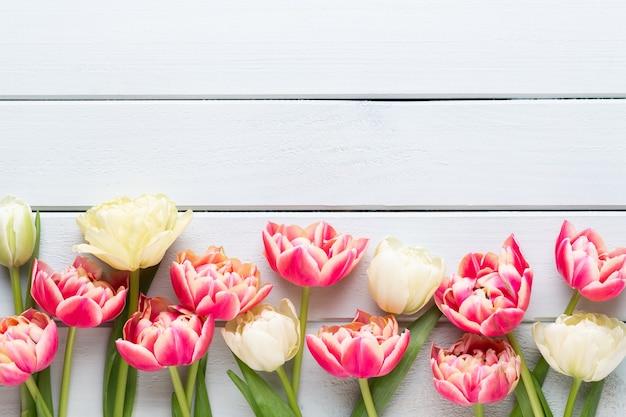 Frühlingsblumen tulpen auf pastellfarben hintergrund. retro vintage stil.