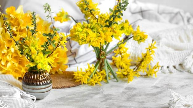 Frühlingsblumen und -blüten in gemütlicher wohnatmosphäre. das konzept von frühling und urlaub.
