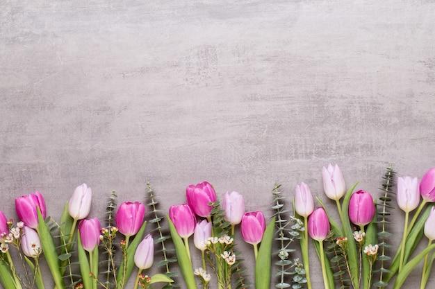 Frühlingsblumen, valentinstag-grußkarte, pastellfarbene blumen auf dem grau.