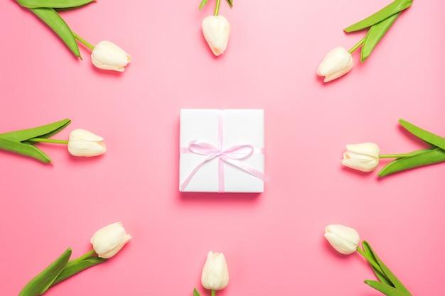 Frühlingsblumen weiße tulpen auf rosa