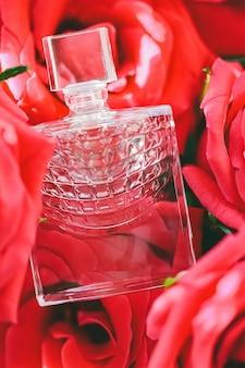 Frühlingsblumenduft-parfümflasche in der rosenparfümerie als luxusgeschenkschönheits-flatlay-hintergrund und ...