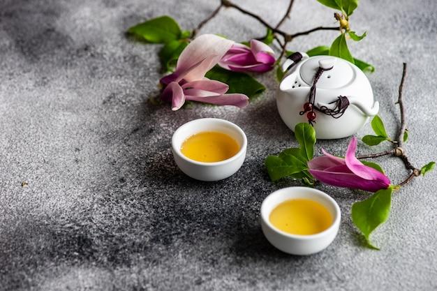 Frühlingsblumenkartenkonzept mit magnolie