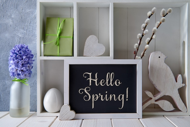 Frühlingsdekorationen, weidenkätzchen, hyazinthe und tafel