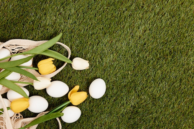 Frühlingsferiendekoration des grünen grases der ostereier