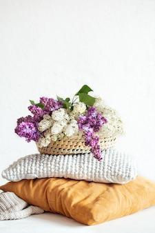 Frühlingsflieder blüht im inneren des raumes mit dekorativen kissen