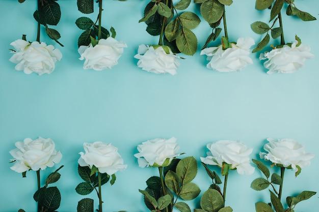 Frühlingsfrischekarte mit blumen. weiße rosen mit grünen blättern. schöne weiße rosen mit langem stiel und kopierraum.