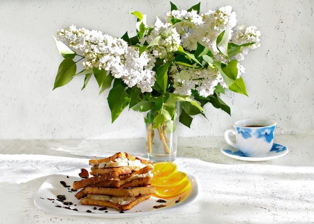Frühlingsfrühstück. 8. märz. frauentag. toast zum frühstück
